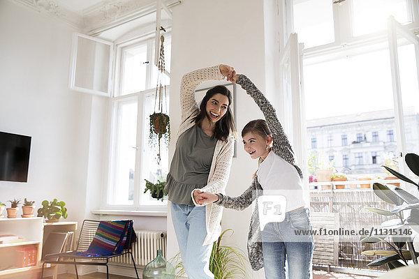 Glückliche Mutter mit Tochter zu Hause