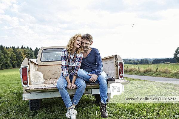 Paar sitzend auf einem Pickup
