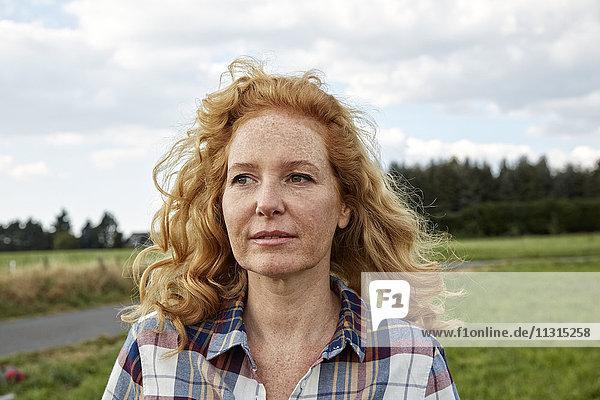 Porträt einer Frau auf dem Lande