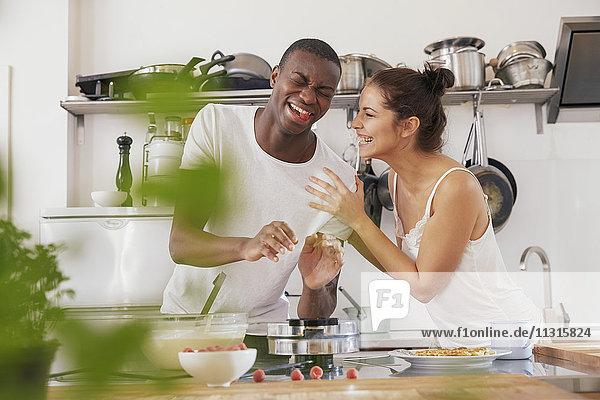 Junges Pärchen beim gemeinsamen Spaß in der Küche