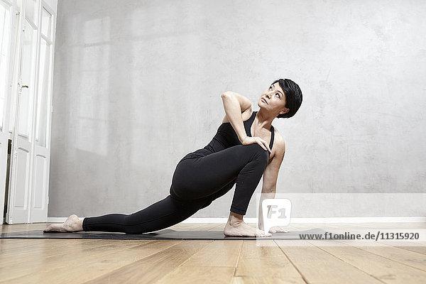 Frau  die Yoga praktiziert