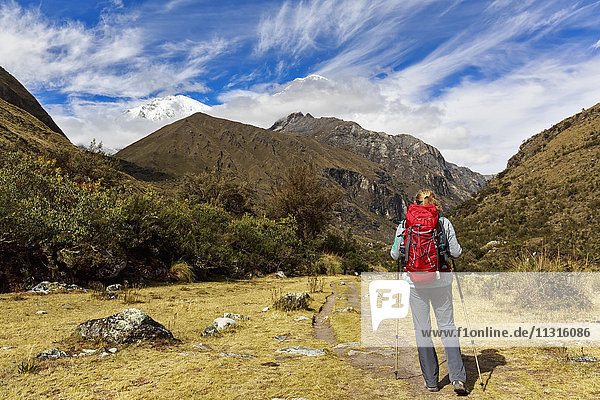 Peru  Anden  Cordillera Blanca  Huascaran Nationalpark  Tourist auf Wanderweg mit Blick auf Nevado Huascaran