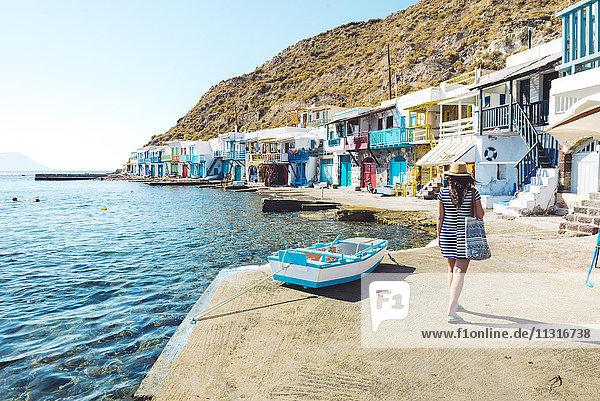 Griechenland  Milos  Frau beim Spaziergang im bunten Fischerdorf Klima