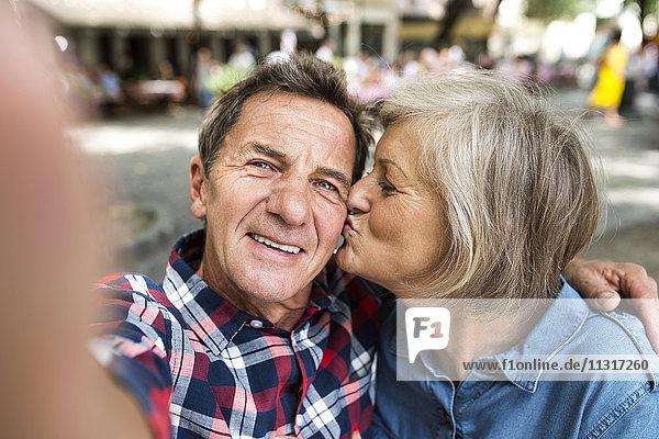 Senior Paar nimmt Selfie mit Smartphone