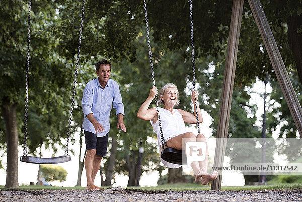 Glückliches Seniorenpaar auf dem Spielplatz