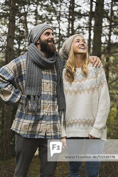 Glückliches junges Paar im Herbst im Freien