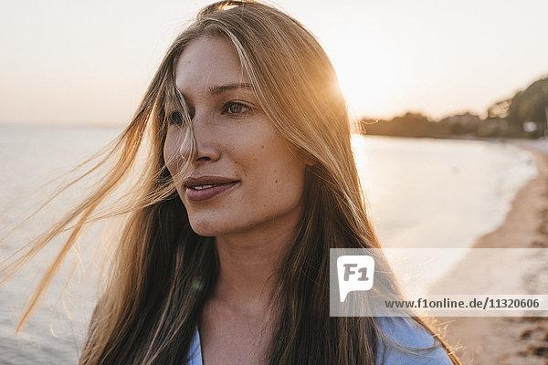 Porträt einer jungen Frau bei Sonnenuntergang