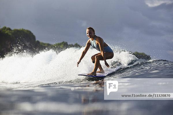 Indonesien  Bali  Frau beim Surfen