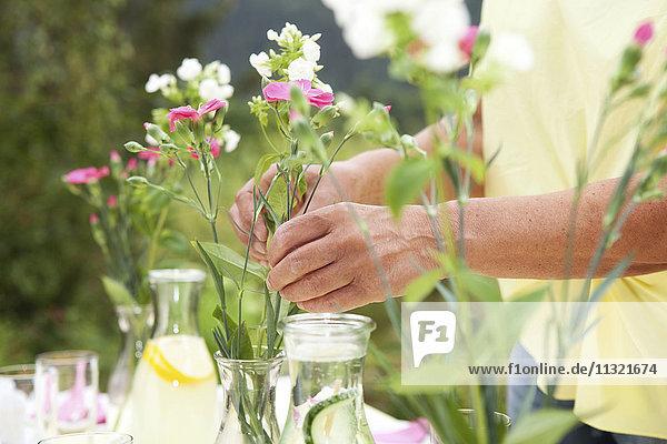 Reife Frau Dekoration Gartentisch für Geburtstagsfeier