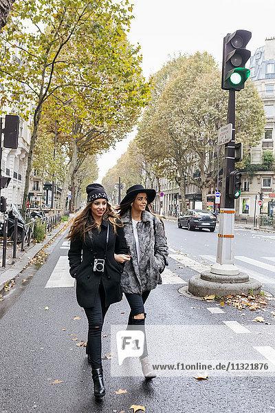 Paris  Frankreich  zwei junge Frauen  die auf der Straße gehen.