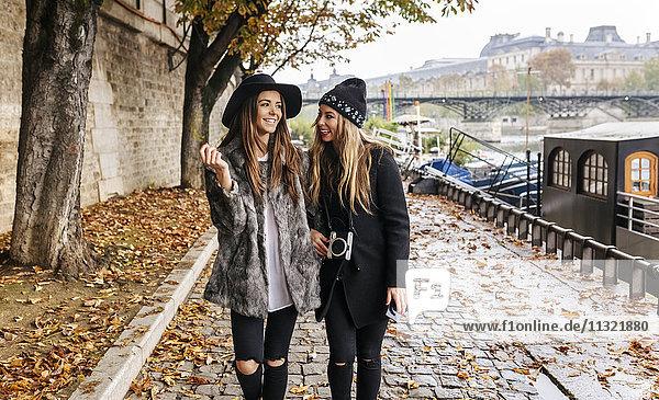 Paris  Frankreich  zwei Frauen beim Spaziergang an der Seine