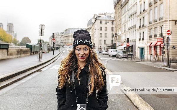 Frankreich  Paris  Portrait der lächelnden jungen Frau auf der Straße