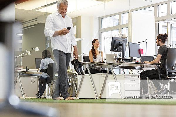 Menschen  die im modernen Büro arbeiten