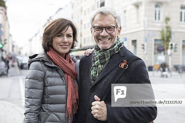 Porträt eines lächelnden reifen Paares im Freien