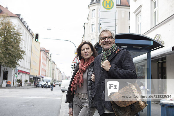 Reife Paare am Busbahnhof