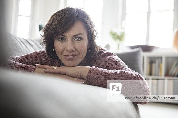Porträt der Frau zu Hause auf dem Sofa liegend