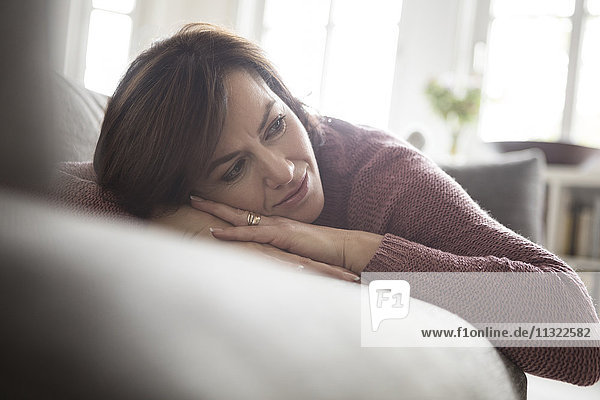 Frau zu Hause auf dem Sofa liegend