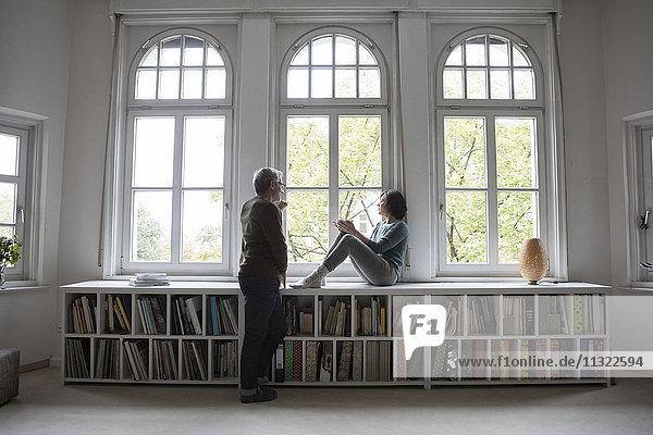 Erwachsenes Paar am Fenster