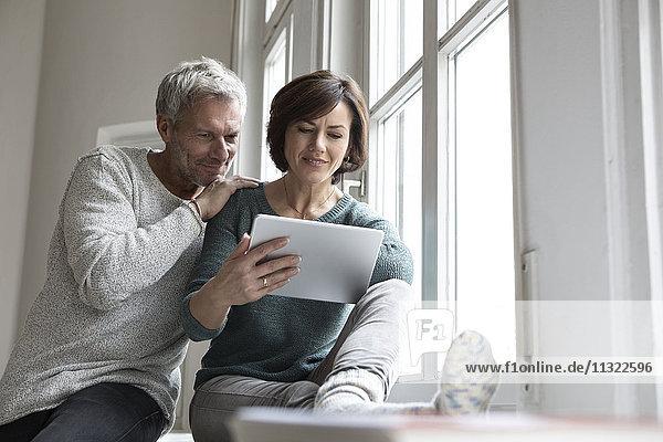 Couple-Sharing-Tablett am Fenster