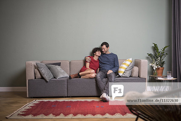 Paar sitzt zusammen auf der Couch