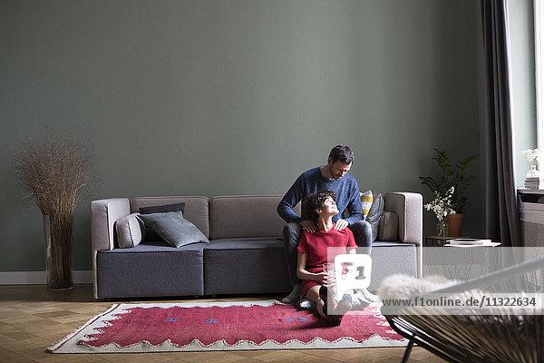Gemeinsames Entspannen im Wohnzimmer
