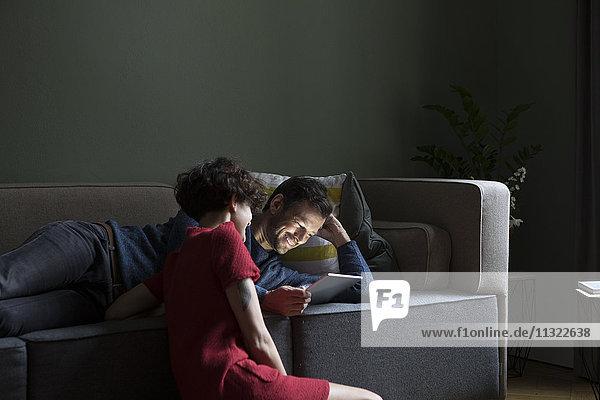 Entspannen Sie sich gemeinsam im Wohnzimmer mit Blick auf das Tablett.