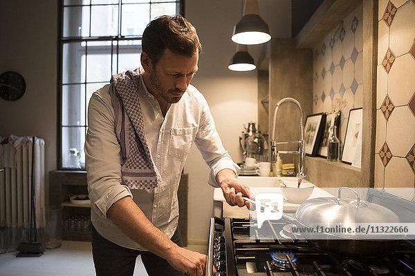 Mann kocht zu Hause