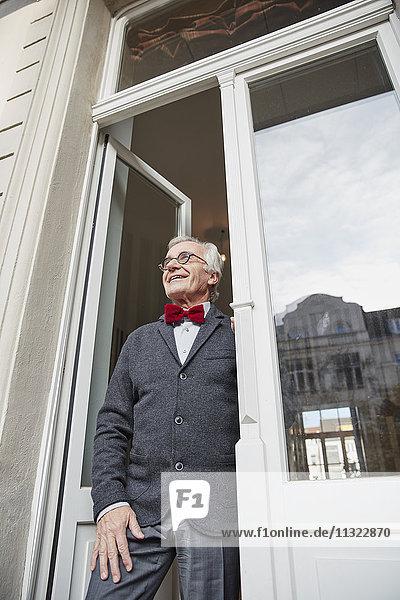 Lächelnder älterer Mann am Fenster