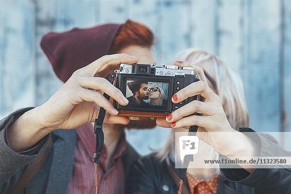 Junges Paar  das einen Selfie mit Vintage-Kamera nimmt