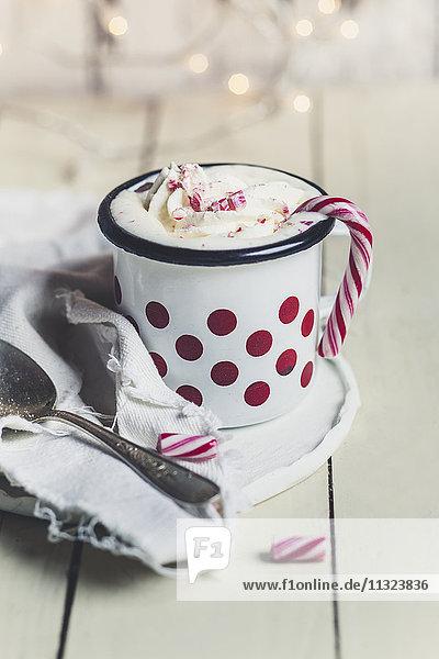 Heiße Schokolade mit Schlagsahne und Zuckerrohr