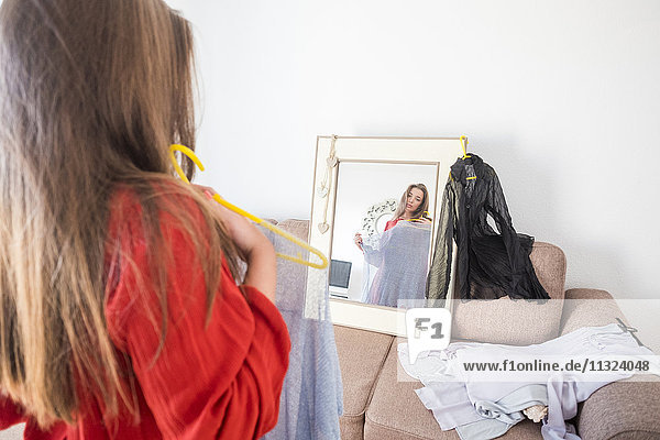 Frau schaut in den Spiegel zu Hause Frau schaut in den Spiegel zu Hause
