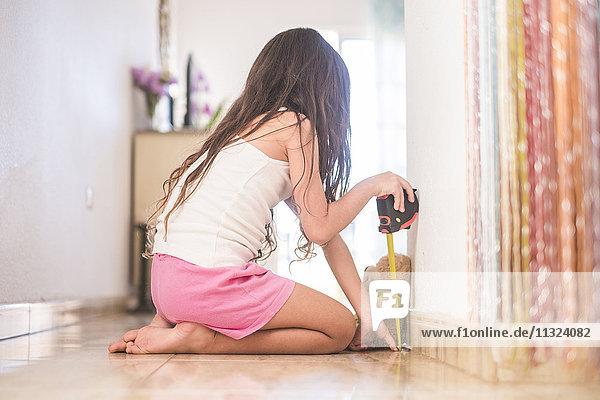 Kleines Mädchen  das ihren Teddy misst