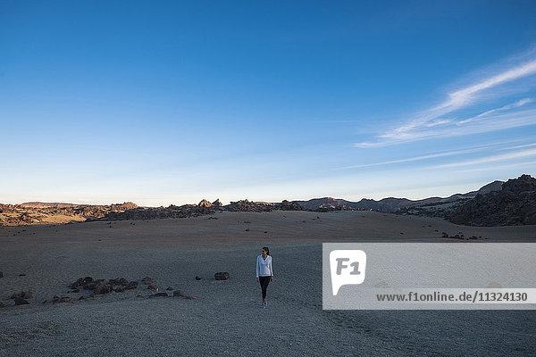 Junge Frau beim Spaziergang in der Wüste Junge Frau beim Spaziergang in der Wüste