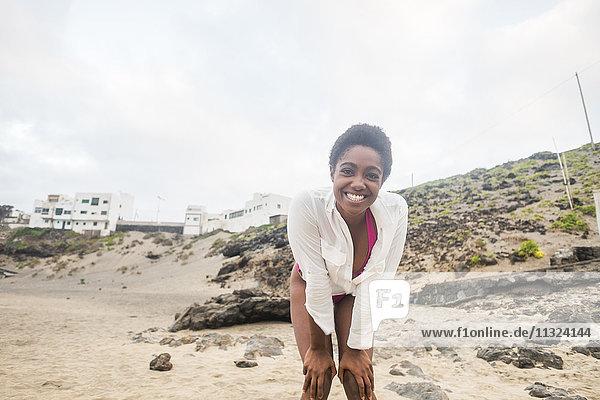 Porträt einer glücklichen jungen Frau am Strand