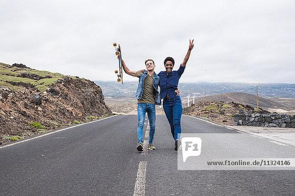 Spanien  Teneriffa  glückliches junges Paar auf leerer Straße