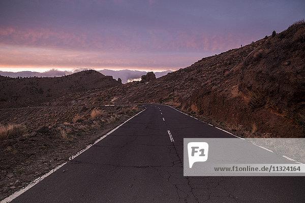 Spanien  Teneriffa  leere Straße im Teide-Nationalpark bei Dämmerung