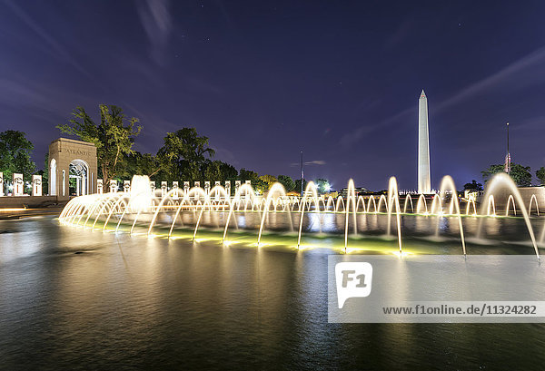 USA  Washington DC  National Mall  World War II Memorial mit Washington Monument im Hintergrund