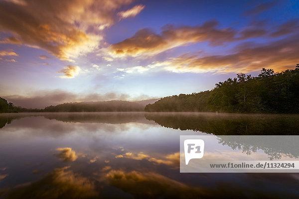 USA  North Carolina  Blowing Rock  Price Lake bei Sonnenaufgang vom Blue Ridge Parkway aus gesehen