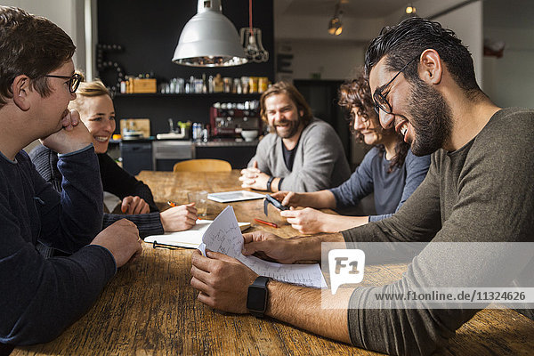 Mitarbeiter bei einer Besprechung im modernen Büro