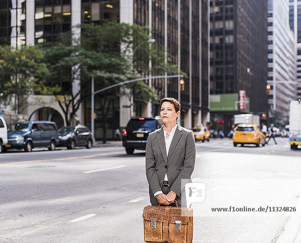 USA  New York City  Geschäftsfrau in Manhattan mit Umhängetasche