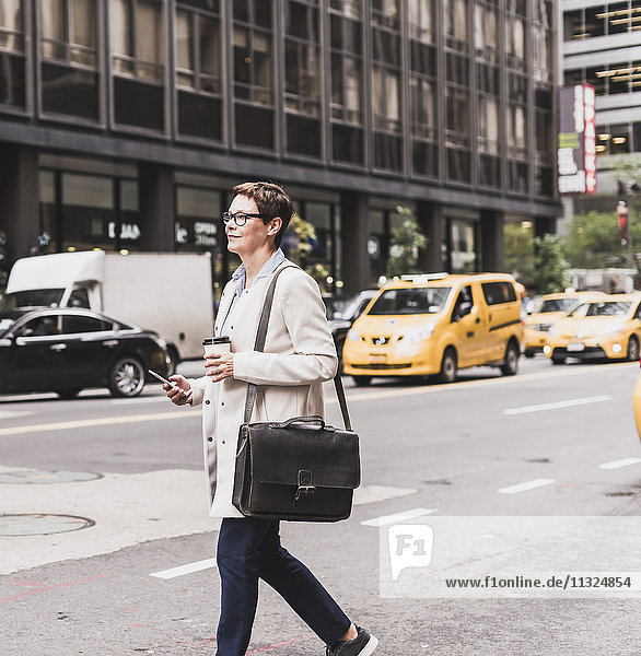 USA  New York City  Frau in Manhattan unterwegs