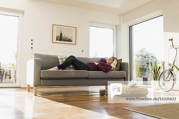 Schwangere schlafend auf der Couch