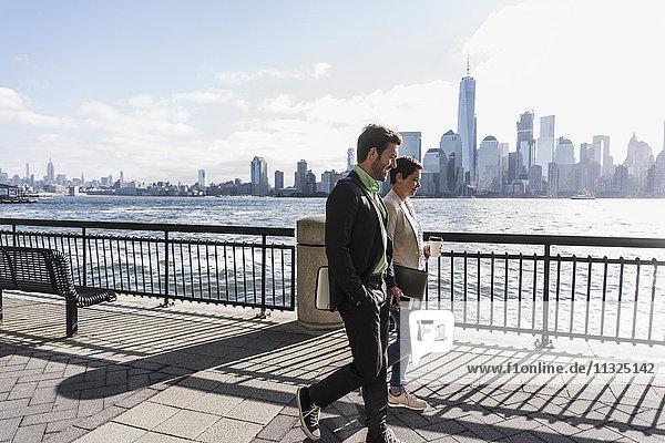 USA  Mann und Frau gehen am New Jersey Waterfront mit Blick nach Manhattan