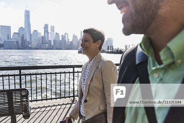 USA  Mann und Frau an der New Jersey Waterfront mit Blick auf Manhattan USA, Mann und Frau an der New Jersey Waterfront mit Blick auf Manhattan