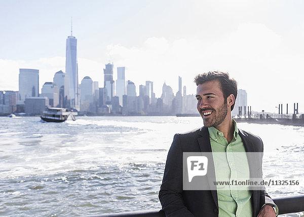 USA  lächelnder Mann am New Jersey Waterfront mit Blick auf Manhattan USA, lächelnder Mann am New Jersey Waterfront mit Blick auf Manhattan