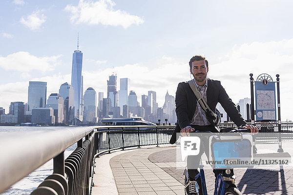USA  Mann auf dem Fahrrad an der New Jersey Waterfront mit Blick auf Manhattan USA, Mann auf dem Fahrrad an der New Jersey Waterfront mit Blick auf Manhattan