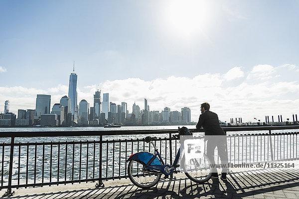 USA  Mann mit Fahrrad am New Jersey Waterfront mit Blick nach Manhattan USA, Mann mit Fahrrad am New Jersey Waterfront mit Blick nach Manhattan