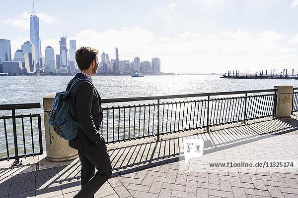 USA  Mann  der am Ufer von New Jersey mit Blick auf Manhattan spazieren geht. USA, Mann, der am Ufer von New Jersey mit Blick auf Manhattan spazieren geht.