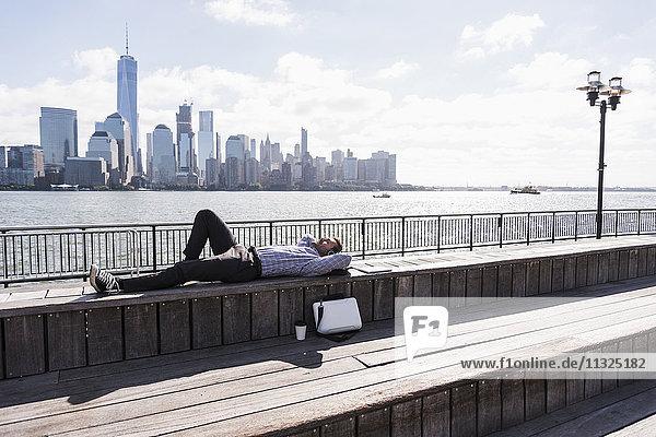 USA  Mann ruht an der New Jersey Waterfront mit Blick auf Manhattan USA, Mann ruht an der New Jersey Waterfront mit Blick auf Manhattan