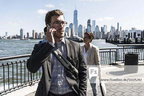 USA  Geschäftsmann am Handy an der New Jersey Waterfront mit Blick auf Manhattan USA, Geschäftsmann am Handy an der New Jersey Waterfront mit Blick auf Manhattan